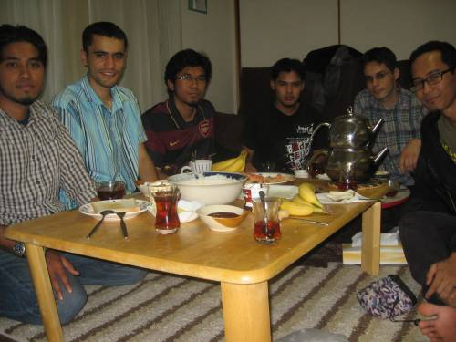 Bersahur bersama Nuri (dua dari kiri) dan Ismail (dua dari kanan)